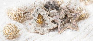 Деревянные орнаменты звезды, сердца и дерева с снегом и светами, Chri Стоковая Фотография RF