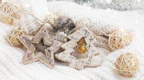 Деревянные орнаменты звезды, сердца и дерева с deco рождества светов Стоковая Фотография