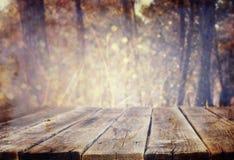 Деревянные доски и предпосылки природы лета освещают среди деревьев Стоковые Изображения
