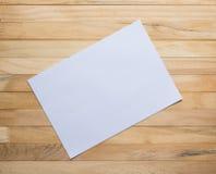 Деревянные доски и чистый лист бумаги Стоковая Фотография RF