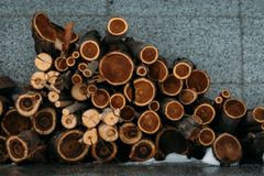 Деревянные отрезки для гладить рукой печь стоковое изображение rf