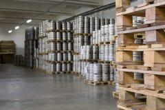 Деревянные паллеты для бочонков пива в винзаводе Ochakovo запаса Стоковое фото RF