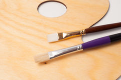 Деревянные палитра и щетки краски Стоковое Фото