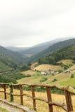 Деревянные перила в долине стоковые фото