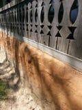 Деревянные перила для того чтобы расквартировать крытое крыльцо, музей деревни, Бухарест стоковое изображение rf
