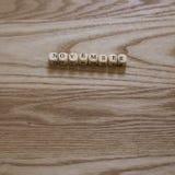 Деревянные письма говоря ноябрь по буквам на деревянной предпосылке Стоковые Изображения