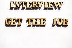 Деревянные письма с острой тенью на белом интервью письменного слова предпосылки получают поиск работы, концепцию интервью для стоковые изображения rf