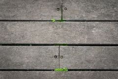 Деревянные плитки пола и зеленые травы стоковое изображение rf