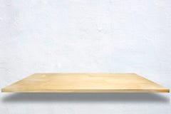 Деревянные полки на предпосылке стены белого цемента Стоковые Фотографии RF