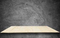Деревянные полки на сырцовой стене цемента в стиле просторной квартиры Стоковая Фотография RF