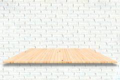 Деревянные полки и белая предпосылка кирпичной стены Для disp продукта Стоковое Изображение RF