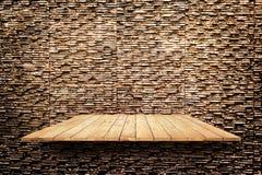 Деревянные полки на современной каменной стене текстуры текстурируют предпосылку Стоковая Фотография