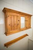 Деревянные полки на стене кухни Стоковое фото RF