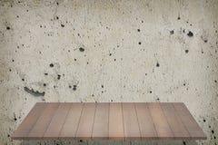 Деревянные полки на стене цемента Стоковые Изображения RF