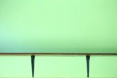 Деревянные полки на стене Стоковое Изображение RF