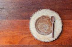 Деревянные поддонник и ложка на деревянной таблице Стоковые Фото