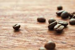 Деревянные предпосылка и кофейные зерна Стоковое Изображение RF