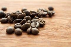 Деревянные предпосылка и кофейные зерна Стоковое Фото
