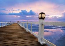 Деревянные пристани и сцена моря с dusky пользой неба для естественной предпосылки, фона Стоковые Изображения RF