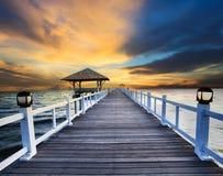 Деревянные пристани и сцена моря с dusky пользой неба для естественной предпосылки, фона Стоковое Фото