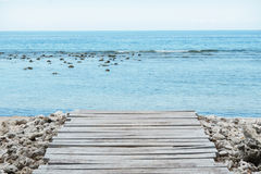 Деревянные пристань, море и облачное небо - изображения запаса Стоковое фото RF