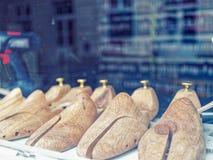 Деревянные пусковые площадки ботинка в окне магазина Изготовление и ремонт обуви Стоковое Изображение RF