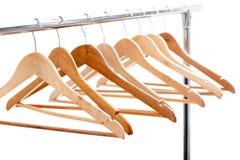 Деревянные пустые вешалки для одежд на шкафе на белой предпосылке Нет Стоковое фото RF
