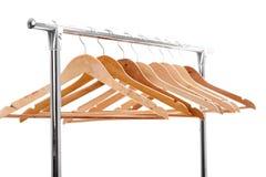 Деревянные пустые вешалки для одежд на шкафе на белой предпосылке Нет Стоковые Изображения RF