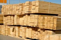 Деревянные планки на дворе, складе или лесопилке тимберса Стоковые Изображения