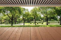 Деревянные планки пол и крыша около цветочного сада Стоковая Фотография