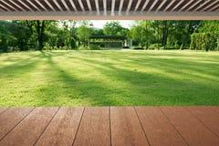 Деревянные планки пол и крыша около цветочного сада Стоковое Изображение