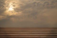 Деревянные платформа и небо Стоковая Фотография