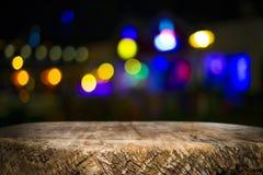 Деревянные платформа и bokeh стола на ноче Стоковые Фото
