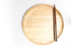 Деревянные плита или поднос с палочками изолировали белую предпосылку Стоковые Изображения RF