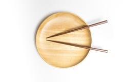 Деревянные плита или поднос с палочками изолировали белую предпосылку Стоковое Изображение