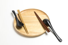 Деревянные плита или поднос с палочками и ложкой изолировали белую предпосылку Стоковая Фотография RF