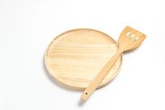 Деревянные плита или поднос с флиппером или лопатой изолировали белую предпосылку Стоковые Изображения RF