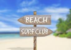 Деревянные пляж знака направления или клуб прибоя Стоковые Изображения RF