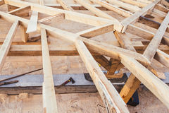 Деревянные рамки крыши отечественного, жилого дома - под деталями конструкции стоковое изображение