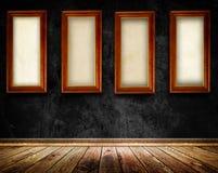 Деревянные рамки на старой черной стене Стоковая Фотография