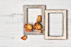 Деревянные рамки фото с сухими розами Стоковое Изображение