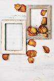 Деревянные рамки фото с сухими розами Стоковые Фото