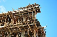 Деревянные ремонтины покрывать и металла на строительной площадке стоковая фотография