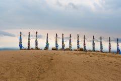 Деревянные ритуальные штендеры с красочными лентами Hadak на накидке Burkhan озеро baikal olkhon Россия озера острова baikal Росс стоковые изображения