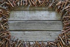 Деревянные ручки лежа на деревянной предпосылке Стоковые Фотографии RF
