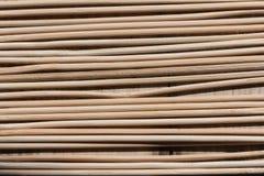 Деревянные ручки неединобразных форм аранжировали параллель друг к другу стоковая фотография