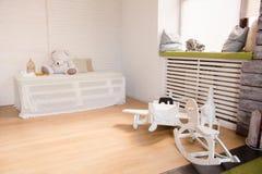 Деревянные самолет и лошади игрушки на поле в комнате Стоковое Изображение RF
