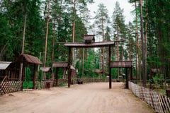 Деревянные своды и загородки на входе в деревню стоковая фотография rf