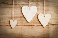 Деревянные сердца на деревянной предпосылке Стоковое Изображение