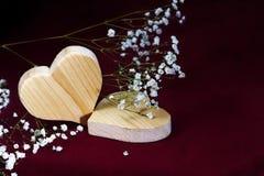 Деревянные сердца и smal цветки на темной предпосылке, валентинке, m Стоковая Фотография